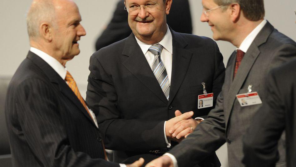 Untreue-Vorwurf: Ex-Ministerpräsident Christian Wulff (r.), Ex-Porsche-Chef Wendelin Wiedeking und VW-Aufsichtsratschef Ferdinand Piech (l.) während der VW-Hauptversammlung im April 2009