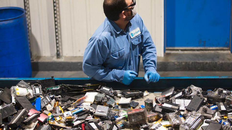 In diesem Elektroschrott-Haufen verbergen sich wertvolle Rohstoffe: Sortierung von gebrauchten Batterien beim Recycling-Spezialisten und Redwood Materials-Konkurrenten Li-Cycle