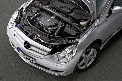 Aus 4966 Kubikzentimetern Hubraum schöpft der V8-Motor des R 500 225kW/306 PS