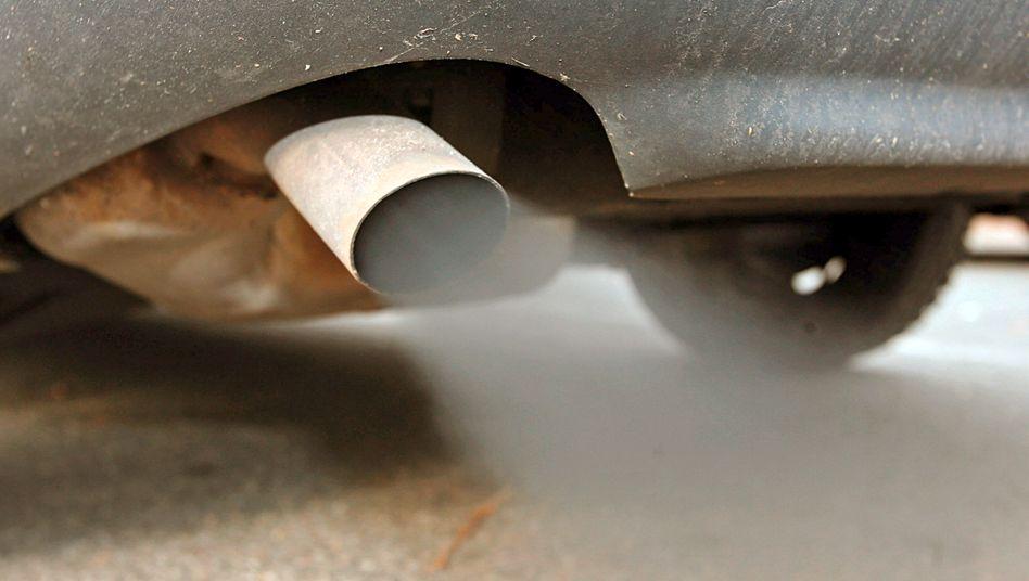 Qualmender Auspuff: Wegen strenger EU-Vorgaben müssen Autohersteller viel Geld investieren, um die CO2-Emissionen ihrer Fahrzeuge zu verringern