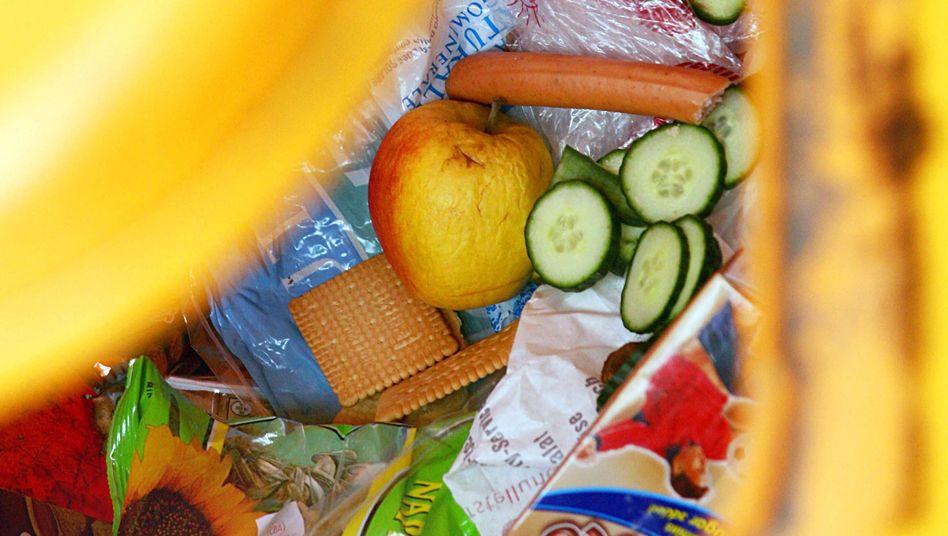 Lebensmittel in einer Mülltonne: Großhändler in Frankreich sollen unverkaufte Nahrung nicht mehr wegwerfen