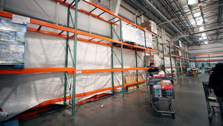 Räumungsverkauf: So leer wie Anfang März in diesem Supermarkt in New York könnte es bald auch in den Lagern vieler deutscher Unternehmen aussehen.