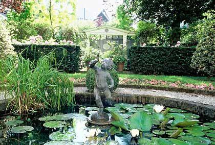 Kleinod in Amsterdam:Nicht viele Besucher wissen, dass mitten in der Großstadt auch Gärten wie dieser an der Herengracht zu finden sind