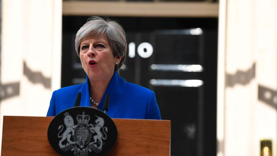 Theresa May am Freitag kurz nach ihrem Besuch bei der Queen, die ihr den Auftrag zur Regierungsbildung erteilt hat