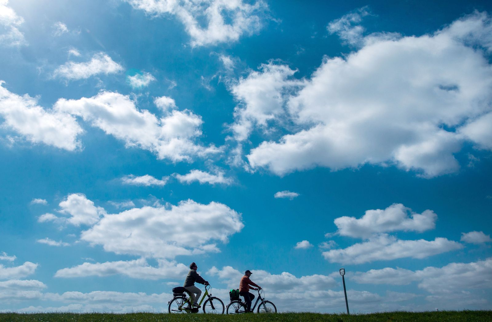 Radfahrer auf dem Elbe-Deich (Kopie)
