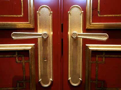 Vergoldete Türklinken: Auf den 240 Quadratmetern der Präsidentensuiteverteilen sich ein Wohnzimmer, ein Arbeits- und Konferenzzimmer sowie ein Schlafzimmer mit Himmelbett und angrenzendem Ankleideraum, außerdem Badezimmer, Küche und Fitnessraum