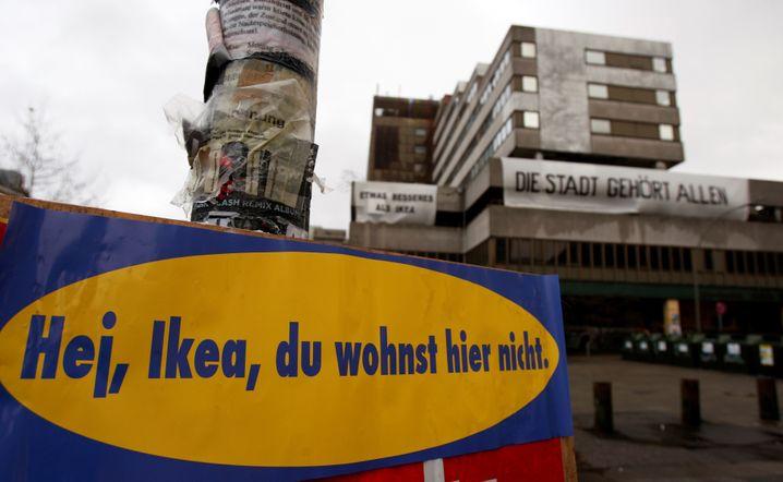 Vor einigen Jahren eröffnete Möbelgigant Ikea in Hamburg ein neues Möbelhaus. Etliche Anwohner fanden das Projekt nicht gut - und duzten das für die kumpelhafte Ansprache seiner Kunden bekannte Unternehmen demonstrativ zurück