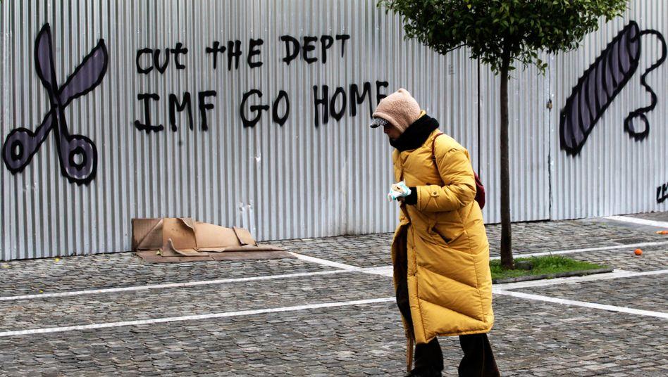 """""""Geht nach Hause, IWF"""", steht an einer Wand in Athen. Griechenland hat den heute fälligen Kredit an den Währungsfonds zurückgezahlt"""