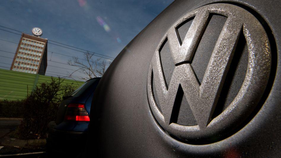 VW Golf vor dem Werk in Wolfsburg: Konzernchef Matthias Müller will Unternehmensteile verkaufen, die nicht zum Kerngeschäft zählen