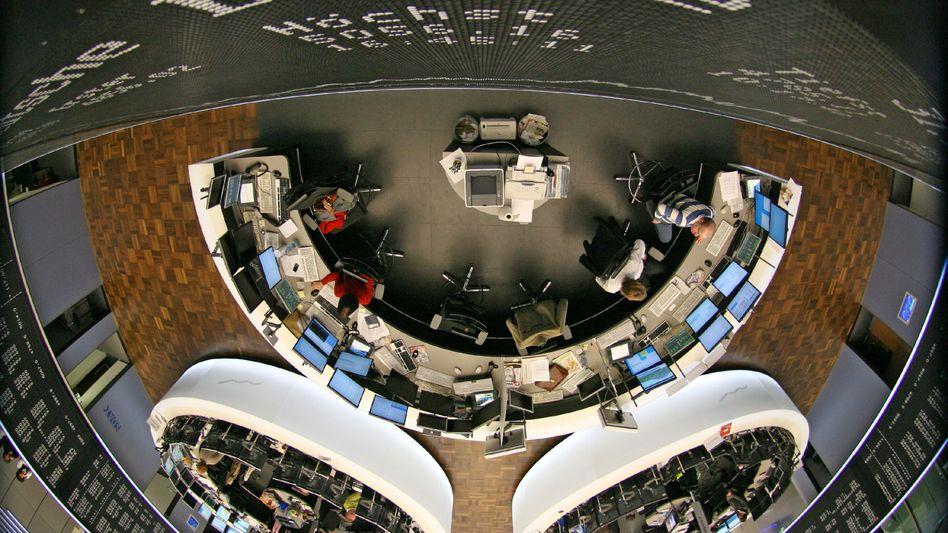 Börsensaal in Frankfurt: Der Aktienmarkt hält sich trotz Corona-Krise auf hohem Niveau