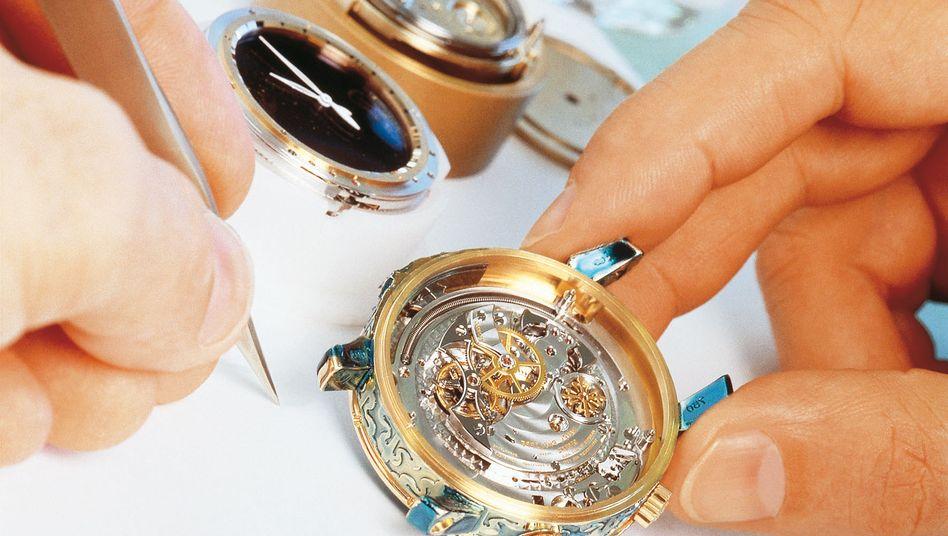"""Uhrmacherkunst bei Patek Philippe: Die Genfer Uhrenmesse """"Watches and Wonders"""" (geplant 25. bis 29. April) fällt wegen des Coronavirus aus - der Genfer Autosalon soll jedoch stattfinden"""