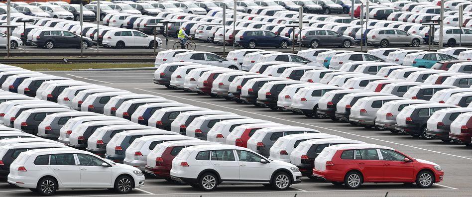 VW-Neuwagen in Zwickau: Die strengen CO2-Ziele dürfte die großen Autobauer Milliarden kosten. Die EU sollte drohende Strafzahlungen zunächst aussetzen