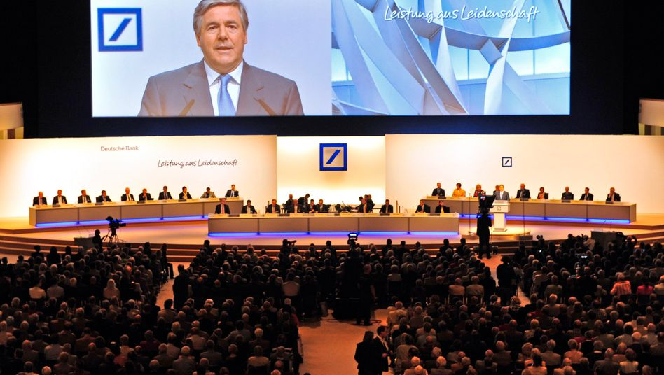 Der Vorstand und sein Aufsichtsrat: Institutschef Josef Ackermann auf der heutigen Hauptversammlung der Deutschen Bank