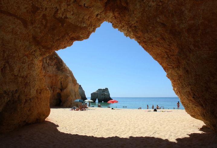 Am Prainha können Touristen durch viele natürliche Löcher und Spalten in den Felsen steigen - aber die oberste Priorität hat das Baden im Meer.