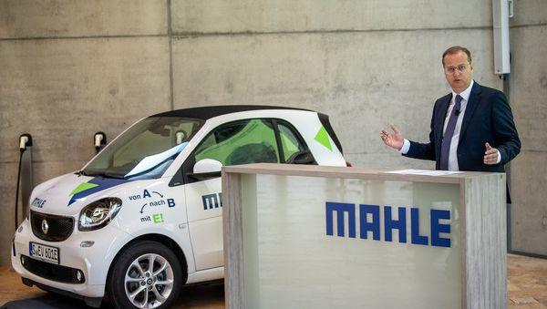 E-Versuche: Mahle-Chef Jörg Stratmann mit einem Elektro-Smart, als er noch im Amt war.