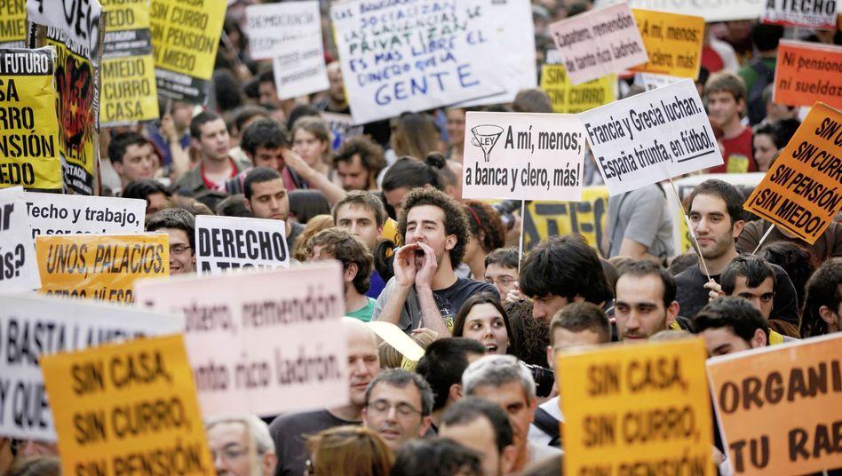 """Geißel Arbeitslosigkeit: Demonstranten in Madrid halten Plakate mit der Aufschrift """"Jugend ohne Zukunft"""" in die Höhe"""