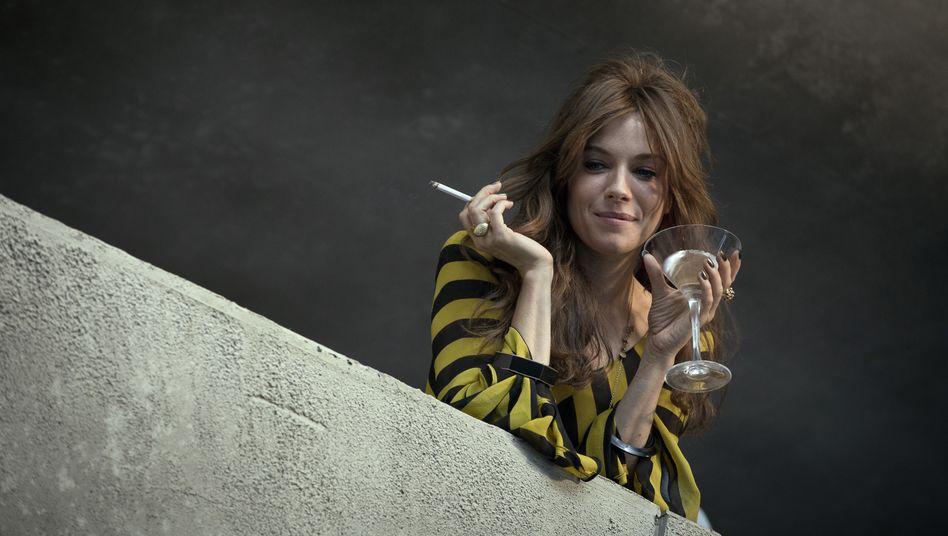 """Home-Cocktailing: Den Balkon zur Bar machen -Sienna Millermachts vor im Film """"High Rise"""""""