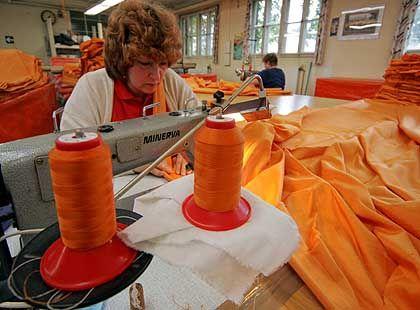 Handarbeit: Eine Näherin bei der Anfertigung eines der 7500 Stoff-Segel.