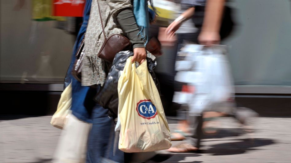 Weniger in den Tüten: Verbraucher haben im Juli weniger Geld für ihre Einkäufe im Einzelhandel ausgegeben
