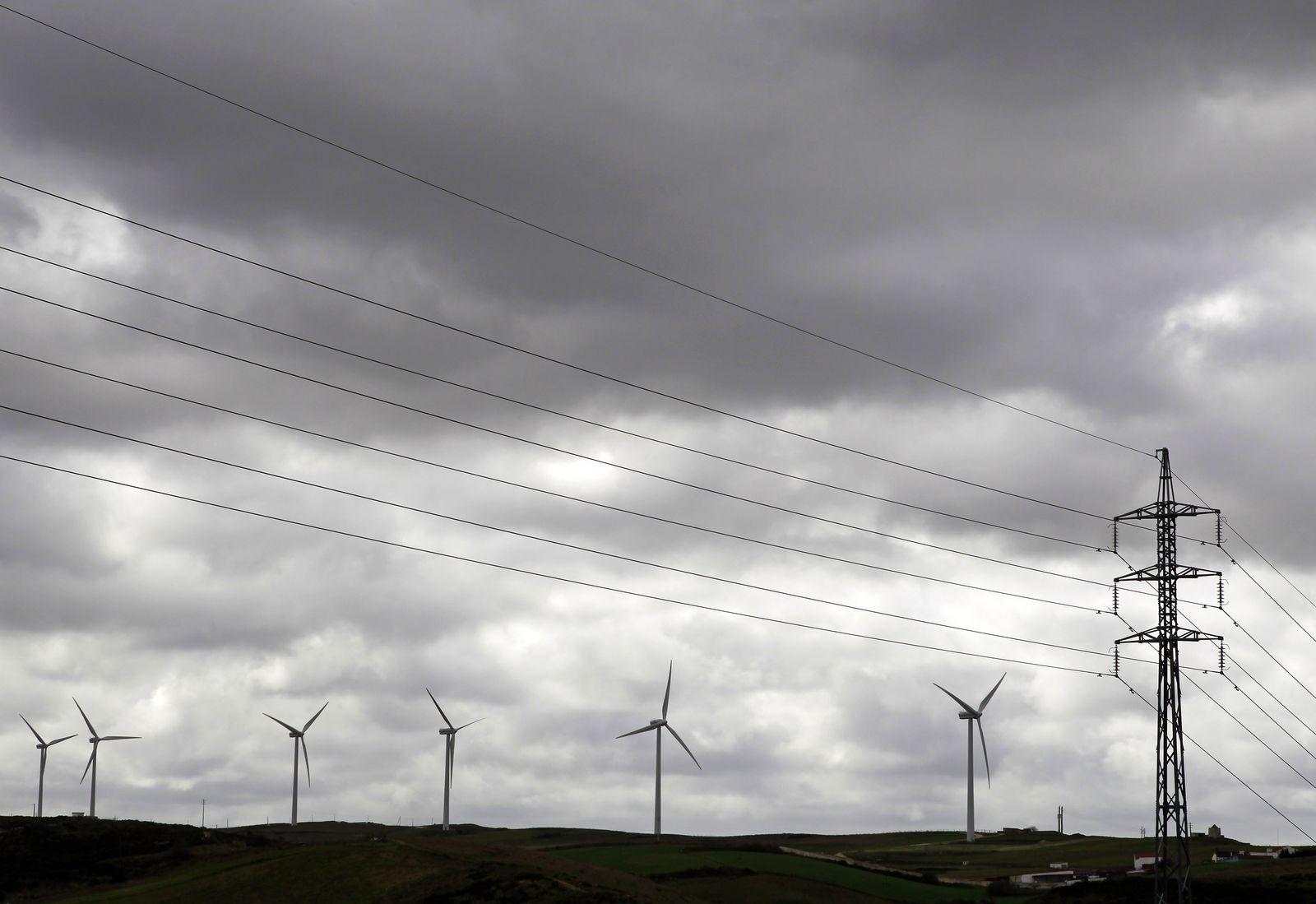 Windkrafträder / Windenenergie / Stromnetz / Stromleitungen in Lissabon / Portugal