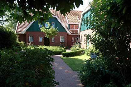 Mit diesem Gebäude begann die Stolberg-Geschichte auf Spiekeroog: Der Reeder baute sich dieses Haus - und integrierte gleich ein paar Ferienwohnungen. Inzwischen sind hier nur noch Urlauber-Apartments; Stolberg hat sich ein neues Haus auf der Insel gebaut.