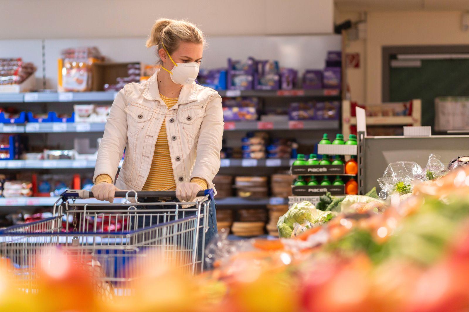 Einkaufen mit Maske, Corona, Covid-19, junge Frau, Supermarkt, einkaufen, Lebensmittel, Toilettenpapier, Schutzmaske, Gu