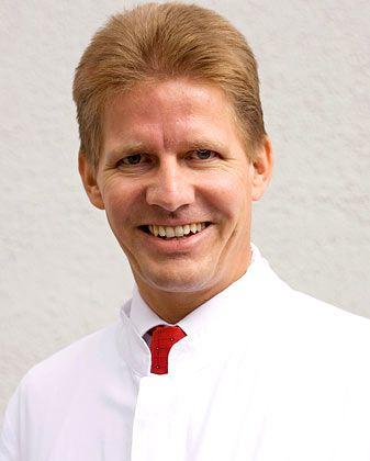 """Christoph M. Bamberger ist Professor für Endokrinologie und Spezialist für Stoffwechsel des Alterns am Universitätsklinikum Eppendorf. Er leitet das Medizinische Präventionscentrum Hamburg, das auf Check-ups spezialisiert ist, und hat zwei Bücher zu den Themen """"Stress-Intelligenz"""" und """"Besser leben - länger leben"""" geschrieben."""