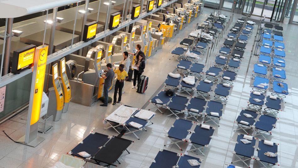 Feldbetten statt Flugbegleiter: Hunderte Reisende sind bereits an den Flughäfen gestrandet