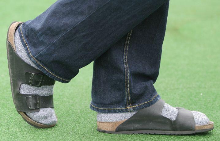 Sandale und Socken: Klischee oder deutsche Realität? Und was ist mit der Arbeit?