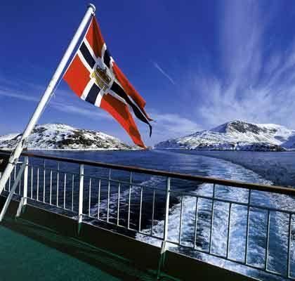 Kurs auf den Polarkreis: Bei den Hurtigruten-Schiffen flattert die Postschiff-Flagge im Wind