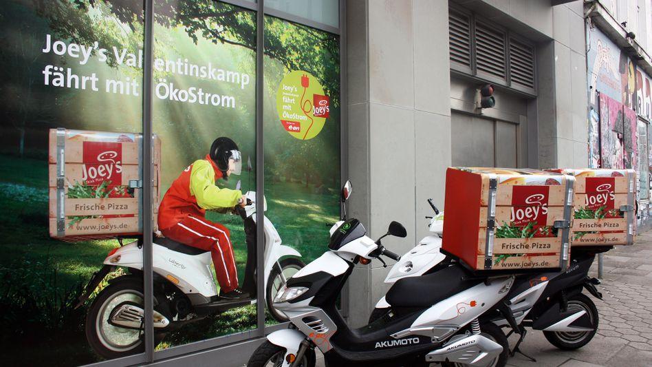 Weniger Gestank, weniger Lärm: Joey's liefert die Pizza in der Hamburger Innenstadt mit Elektrorollern und -autos aus.