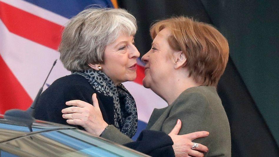 Großbritanniens Premierministerin Theresa May (links) mit Deutschlands Kanzlerin Angela Merkel am Dienstag