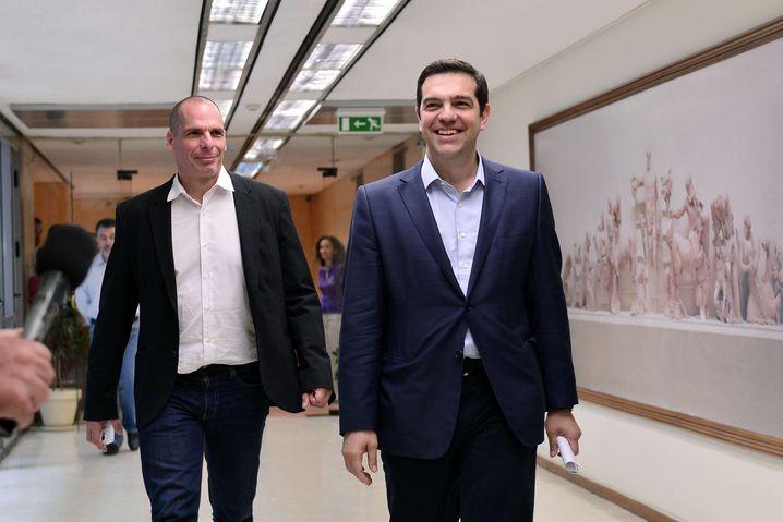 Lächelnd in die Pleite: Griechenlands Finanzminister Varoufakis und sein Premier Tsipras haben es in den vergangenen Tagen vorgezogen, Interviews zu geben, statt an eigenen Vorschlägen zu arbeiten