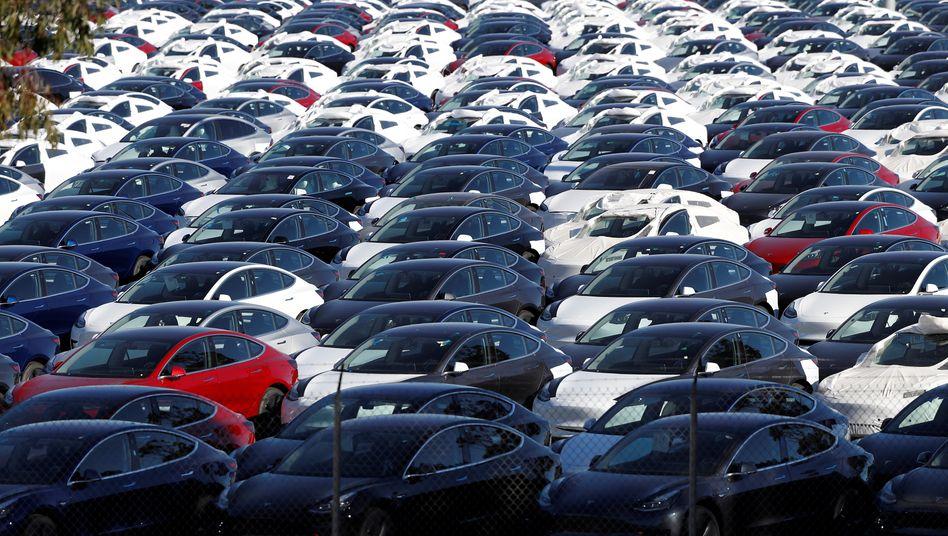 Neue Teslas vor der Auslieferung an Kunden: Der Autohersteller hat Schwierigkeiten mit der Produktion und Logistik - und schreibt erneut Verluste.