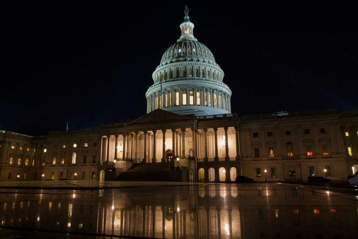 Kapitol-Gebäude in Washington: Ein umfassendes Hilfspaket zur Stärkung der US-Wirtschaft in der Virus-Krise ist im Senat vorerst gescheitert.