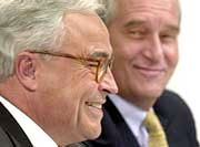 Zur Fusionspressekonferenz freuten sie sich noch: Deutsche Bank-Sprecher Rolf Breuer (vorn) und sein nun weniger gut gestimmter Partner Bernhard Walter von der Dresdner Bank.