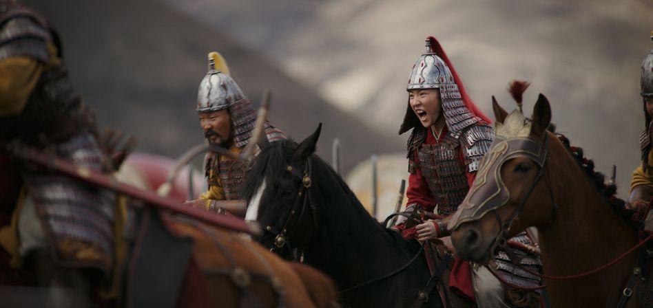 """Fünf Jahre und 200 Millionen US-Dollar: Filmszene aus Disneys Neuverfilmung von """"Mulan"""", die sowohl das asiatische als auch das amerikanische Publikum ansprechen soll."""