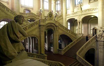 Stufen der Gerichtsbarkeit: Das Treppenhaus im Landgericht Berlin-Moabit