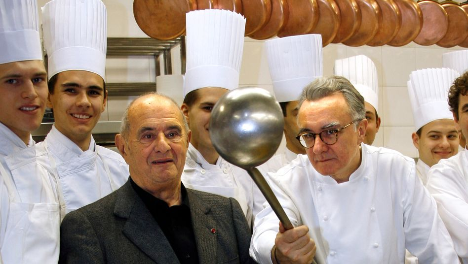 Sie zeigen der Welt, wo die Kelle hängt: Küchengroßmeister Paul Bocuse (dritter von links) und Alain Ducasse (mit Brille und Kelle) fanden schon immer, dass die französische Küche eine der wesentlichen kulturellen Errungenschaften der Menschheit ist