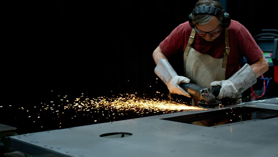 Feinschliff für ThyssenKrupp-Aufzug: Die deutsche Industrie hat den zweiten Monat in Folge weniger Aufträge erhalten