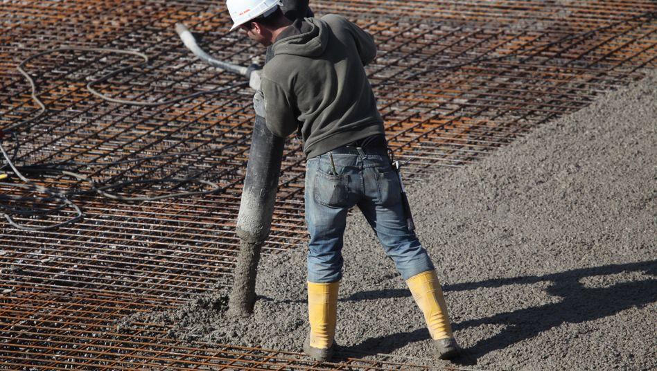 Betonarbeiter auf einer Baustelle: Die wahre Gefahr für das Geld der Immobilienbesitzer geht nach Ansicht von Experten von einer möglichen Deflation aus