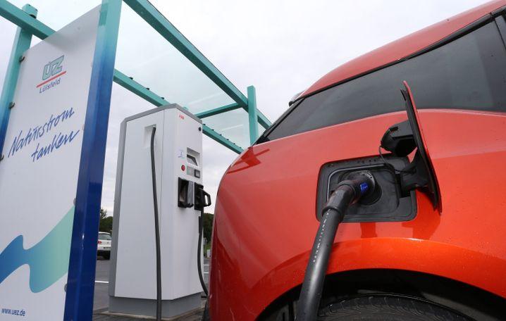 E-Auto an einer Ladestation: Ein Kaufpreis-Zuschuss würde nur einen kleinen Teil der Verbraucher ansprechen, warnen Konsumentenschützer