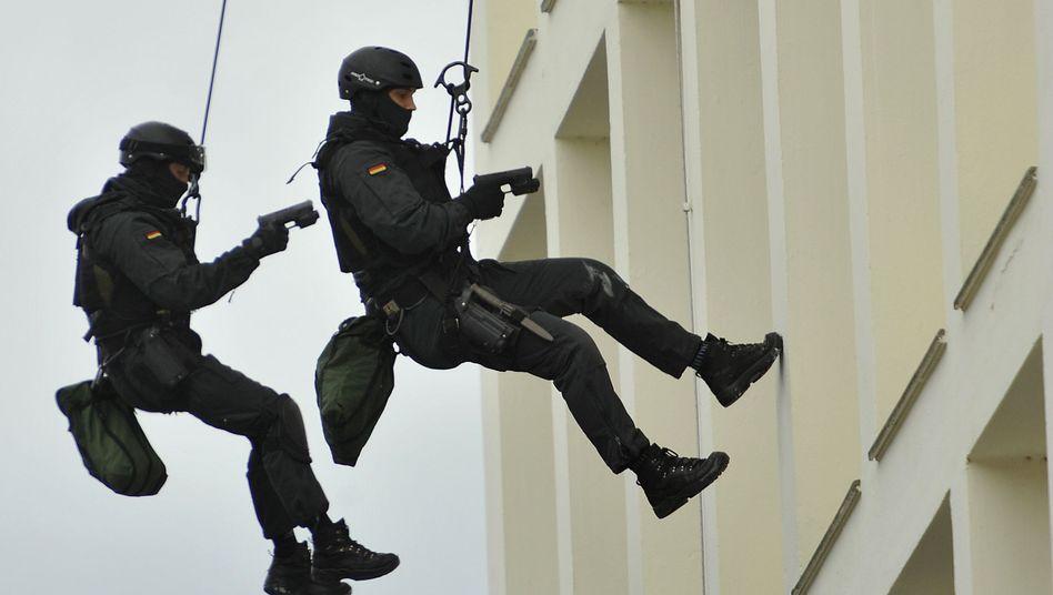 Übung der GSG 9: Beamte der Spezialeinheit haben Terrorverdächtigen in Bochum festgenommen