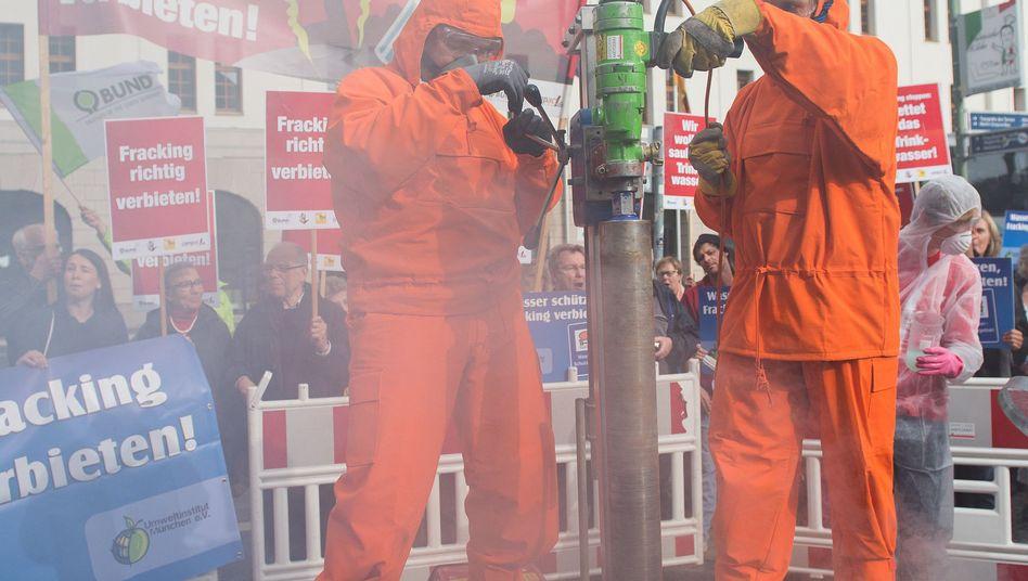 Viele Umweltschutzgruppen fordern ein generelles Fracking-Verbot in Deutschland: Hier stellen Demonstranten eine Bohrung symbolisch nach (Archivfoto vom 30.9.2014)