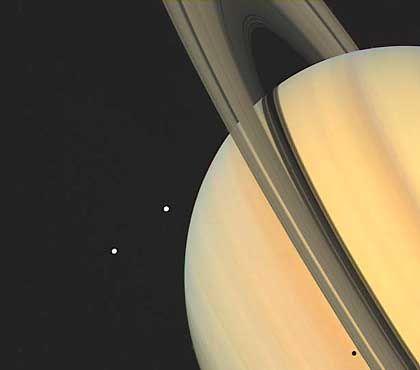 Saturn und seine Monde Tethys und Dione gesehen von Voyager 1 im November 1980