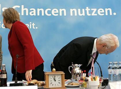 Edmund Stoiber gilt als Kandidat für ein Superministerium Wirtschaft und Finanzen. Doch der CSU-Chef will sich erst nach der Bundestagswahl entscheiden und steht für das Kompetenzteam von Kanzlerkandidatin Angela Merkel nicht zur Verfügung