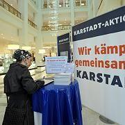 Unterschriften sammeln: Karstadt-Angestellte kämpfen für den Erhalt ihrer Filialen