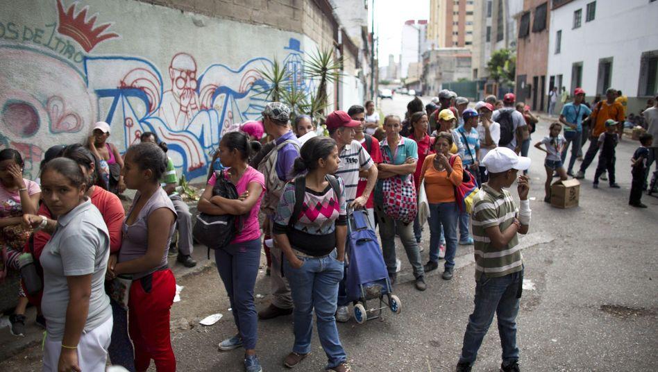 Warten auf die Lebensmittelausgabe in Caracas: Die Menschen in Venezuela können kaum noch Dinge des täglichen Bedarfs kaufen