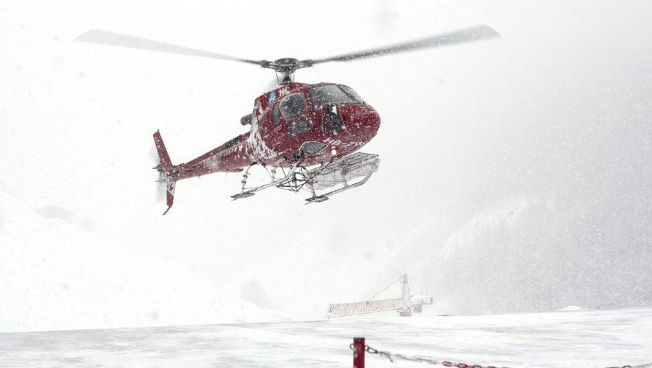 Rettungshubschrauber könnten wegen des starken Windes gegenwärtig ihre Suche nicht fortsetzen