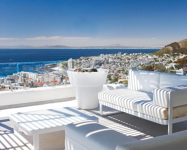 Von der oberen Terrasse aus haben Gäste einen Panoramablick über die Stadt am Atlantik